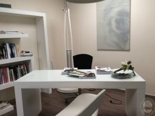 Tavolo scrivania in vetro satinato poltrona su rotelle - Tavolo quadro a parete ...