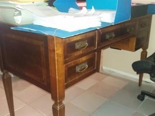 Scrivania In Legno Chiaro : Scrivania in legno chiaro a cinque cassetti con sedia girevole