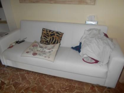 Lampadario Bianco Legno : Un divano in similpelle bianco a piu posti cassettiere color