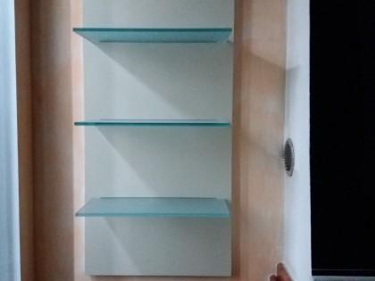 Mobile soggiorno sospeso colore crema e noce con profili in ...