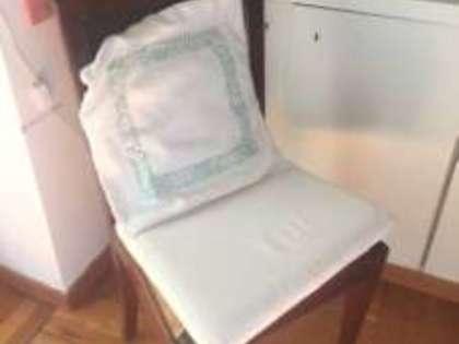 Lotto 5: n.3 sedie con seduta in paglia; un piccolo tavolo rotondo