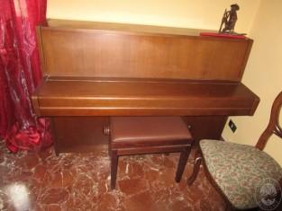 Pianoforte verticale marca yamaha con mobile in legno colore