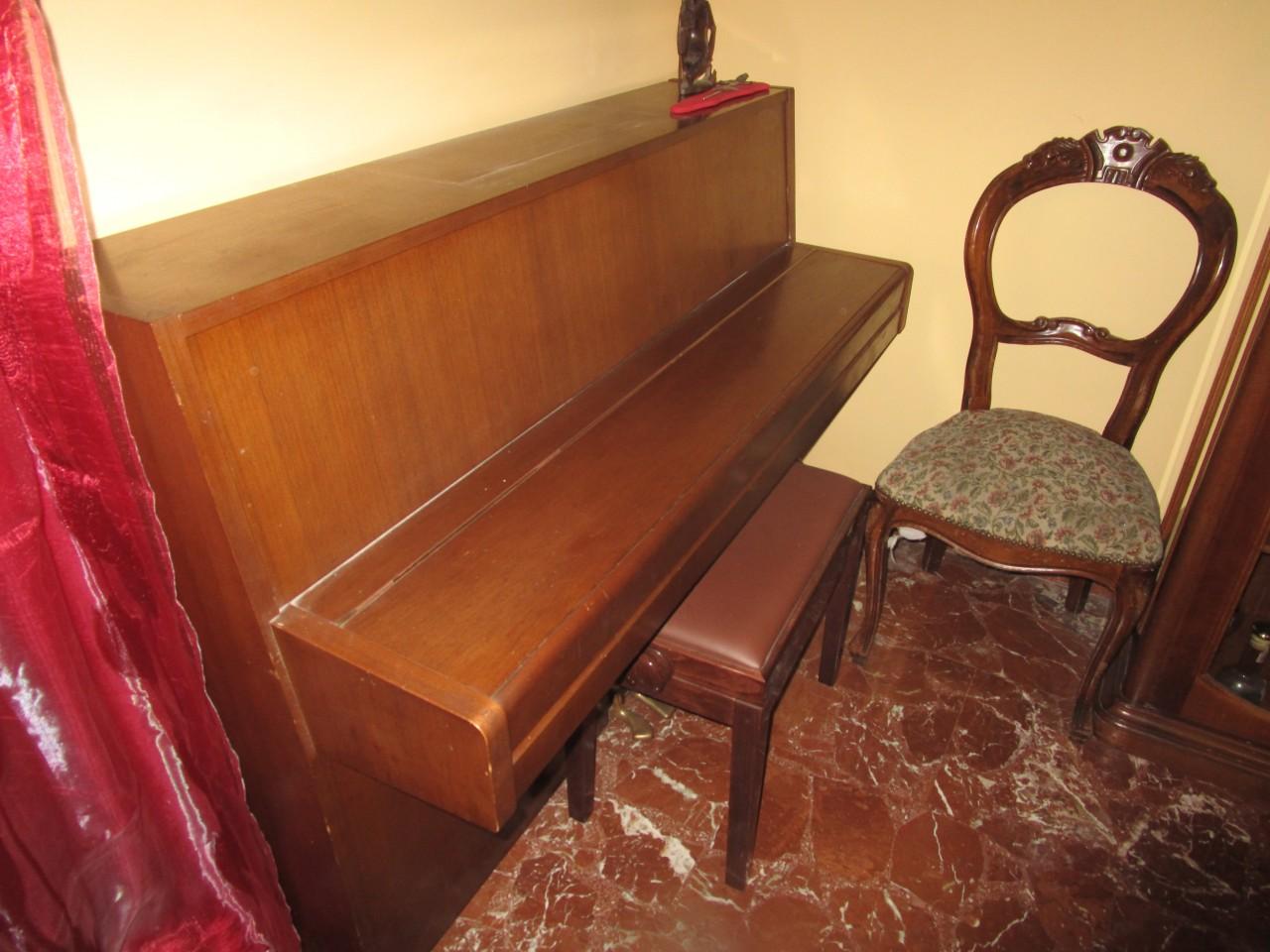 Sgabelli Yamaha : Pianoforte verticale marca yamaha con mobile in legno colore