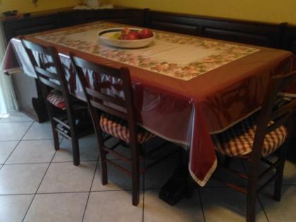 Credenza Con Vetrina In Legno : Un tavolo rettangolare in legno marrone con sedie