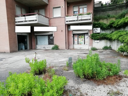 Fig 1 - Fig 2 - LOCALE COMMERCIALE AD USO NEGO...