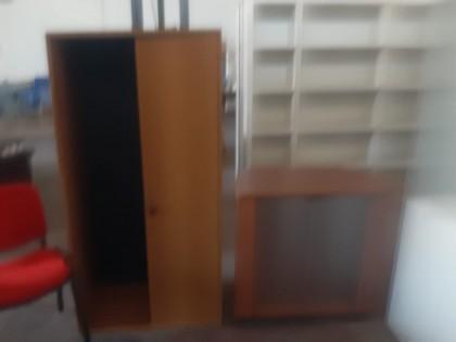scrivania rettangolare con base superiore in vetro, mobile due ante colore  ciliegio, mobile colore ciliegio con due ante a vetri, mobile colore bianco  ...