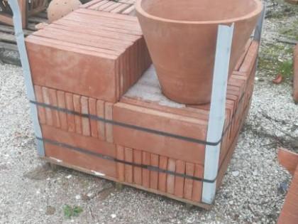 Fig 1 - Fig 1 - vasi in terracotta e mattonell...