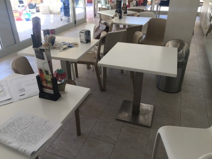 Fig 1 - Fig 3 - N. 10 tavoli quadrati in mater...