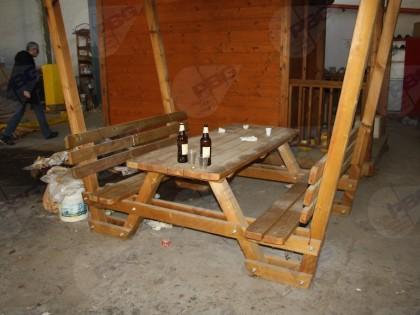Fig 1 - Fig 1 - Lotto: Tavolo con panche e cop...