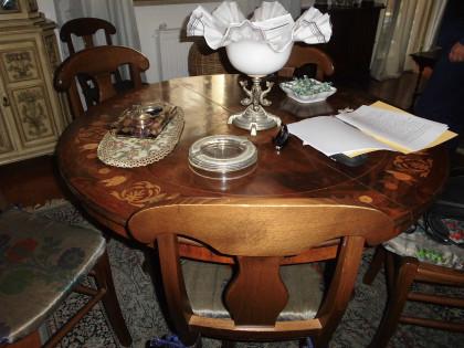 Fig 1 - Fig 1 - tavolo di forma rotonda  e pie...