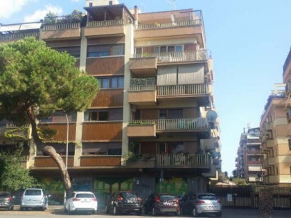 Fig 1 - Fig 1 - Locale commerciale ubicato a R...