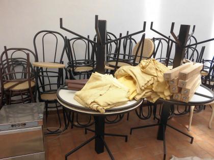Fig 1 - Fig 1 - . 2 tavoli alti con piano roto...